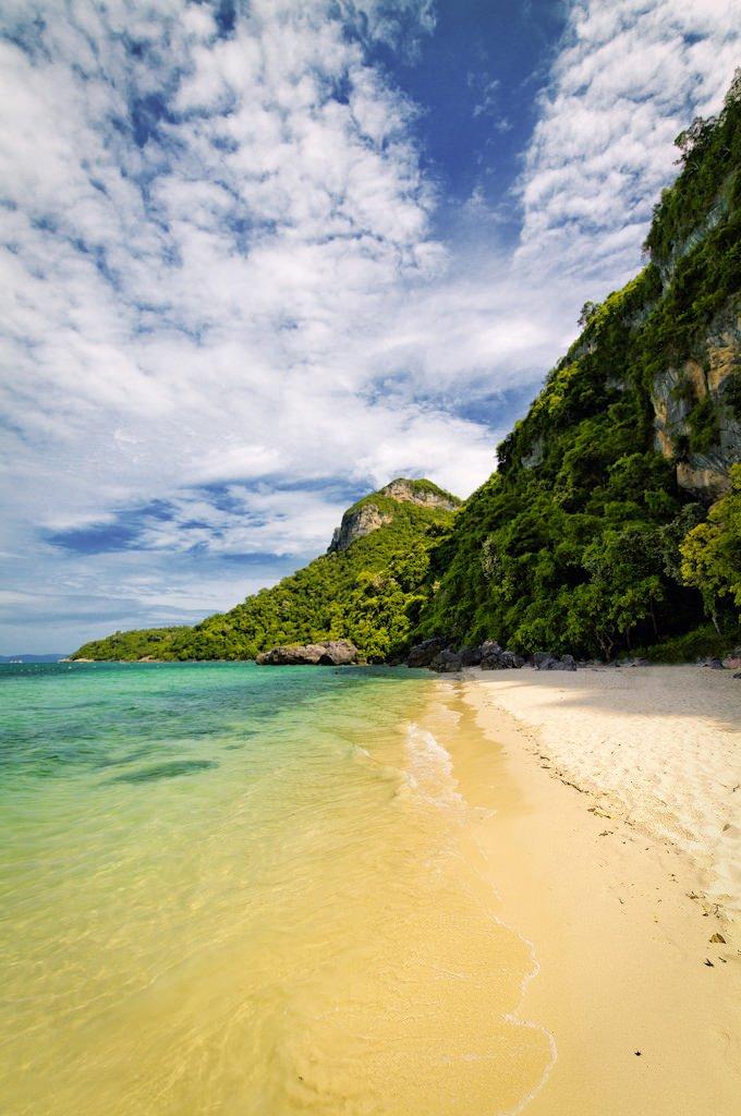 Koh Mae Koh island in Ang Thong Marine National Park, Thailand (by BBQMaster).