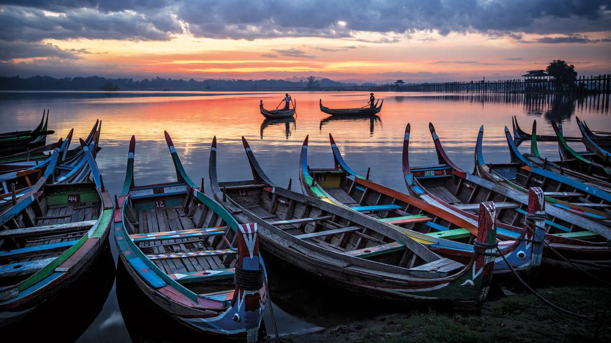 fisherman-with-colorful-boats